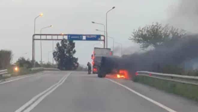"""Camion """"divorato"""" dalle fiamme sulla Fondovalle, conducente riesce a mettersi in salvo"""