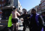 Funerali principe Filippo, donna si spoglia e resta nuda tra la gente: arrestata dalla polizia