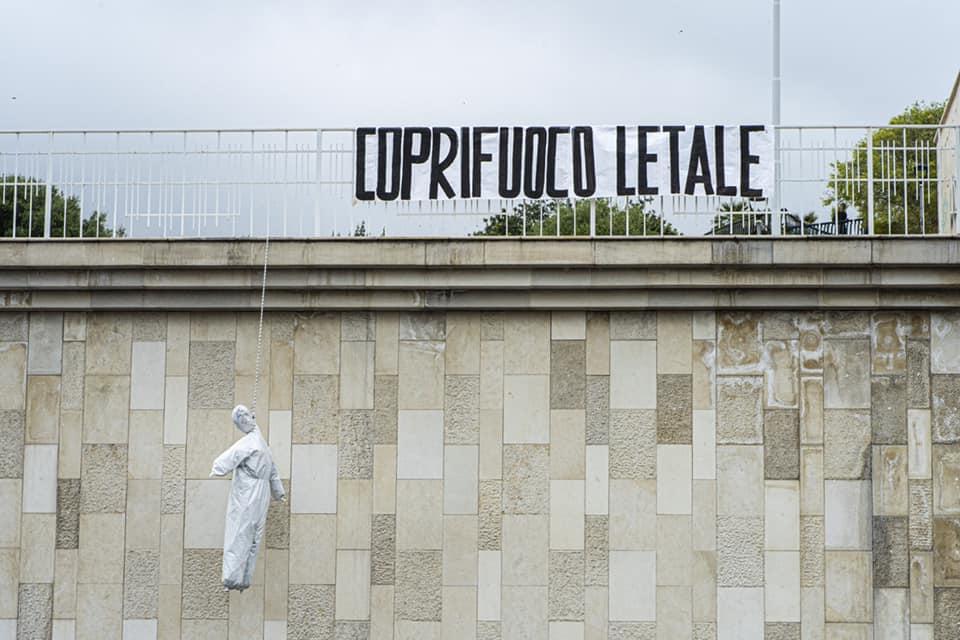 """Catania, """"Coprifuoco letale"""": tornano i """"Fantasmi del passato"""". Al Tondo Gioeni fantoccio impiccato e striscione – FOTO"""