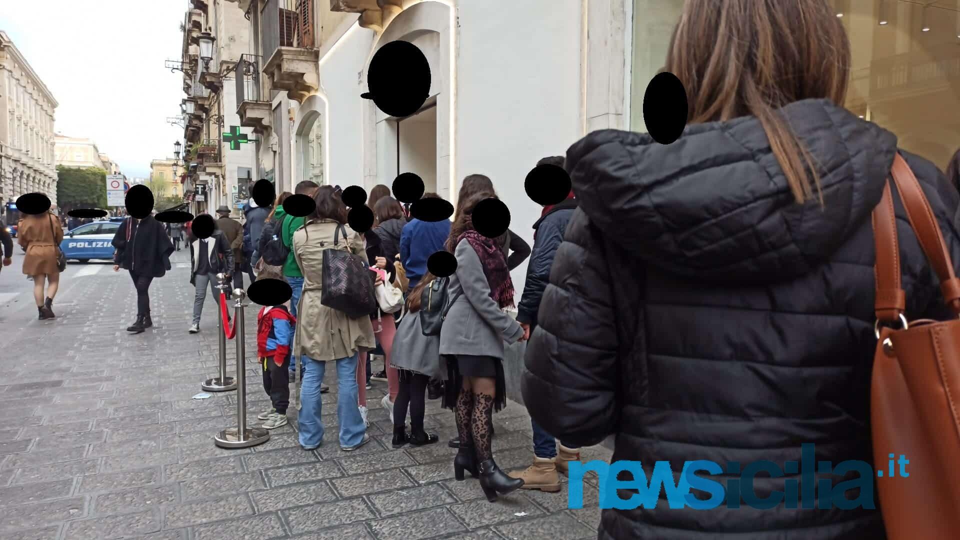 """Scampato il """"pericolo zona rossa"""" per la Sicilia, a Catania via Etnea presa d'assalto per lo shopping – FOTO"""