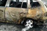 Catania, auto in fiamme alla rotonda di Nesima: traffico impazzito, vigili del fuoco sul posto – VIDEO