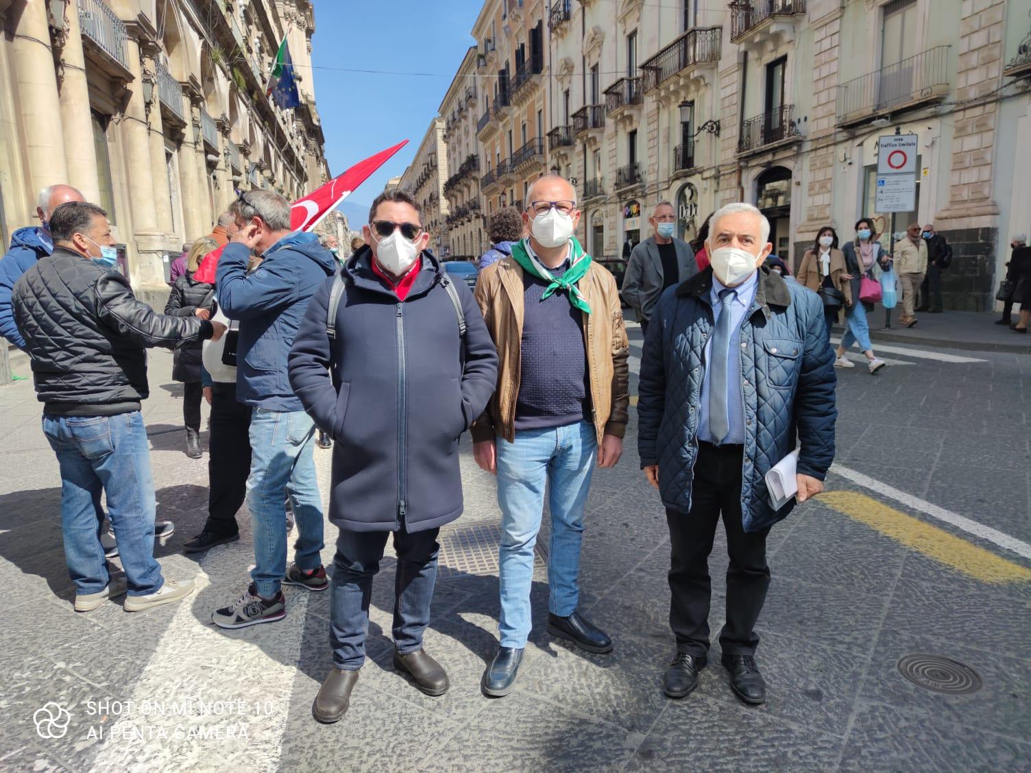 """Catania, sit-in di Fai, Flai e Uila: """"Zero diritti e sostegni per 31mila braccianti catanesi"""", documento consegnato in Prefettura"""