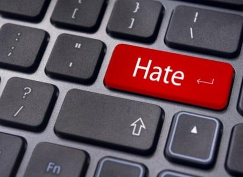"""Odio online, la società """"mandata in frantumi"""" dal Covid: i dati del report Amnesty"""