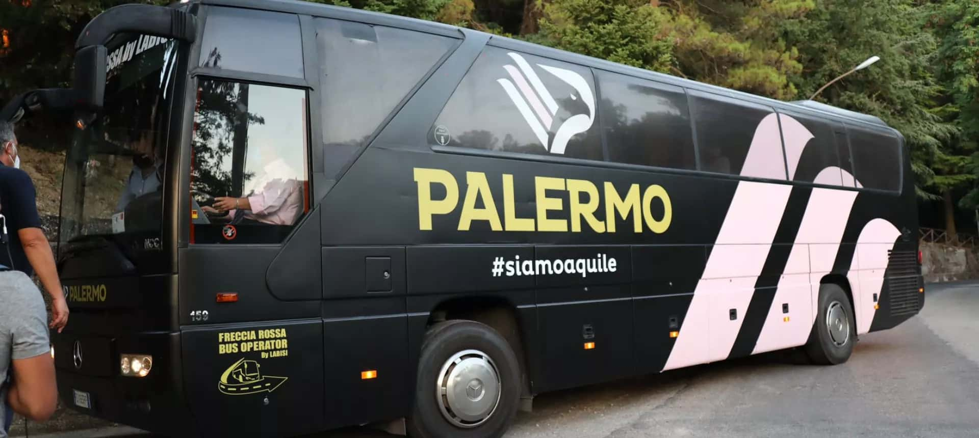 Palermo Calcio, paura lungo viale Giostra a Messina: pullman rosanero preso a sassate