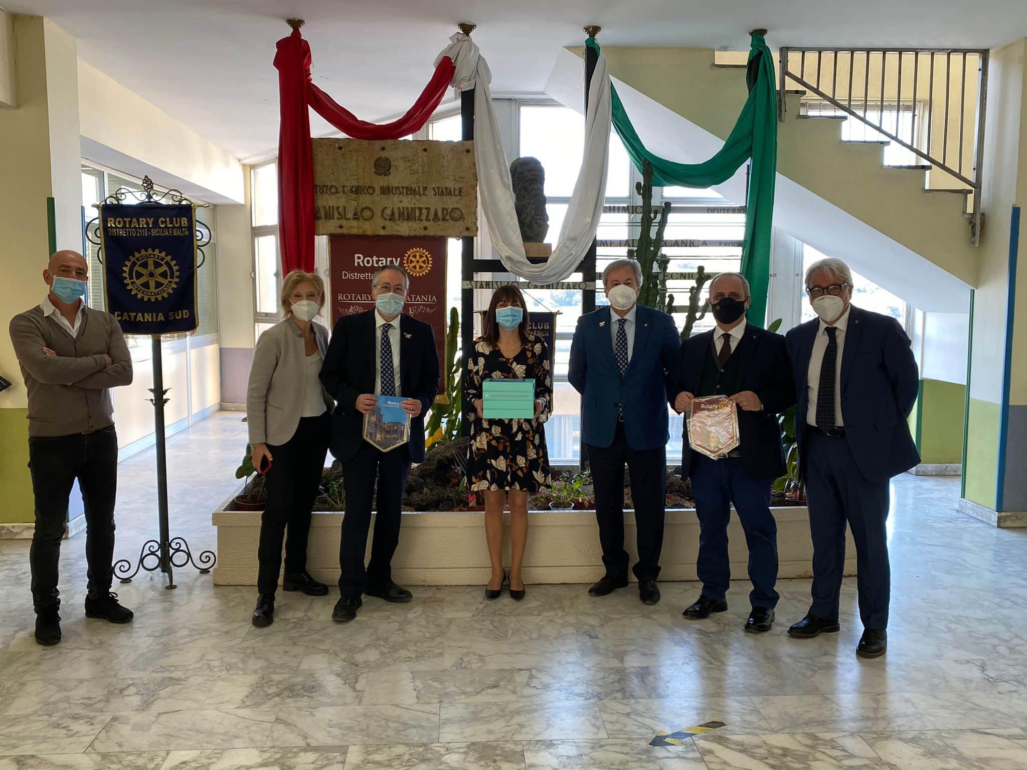 Il Rotary omaggia l'ITI Cannizzaro di Catania con quattro tablet