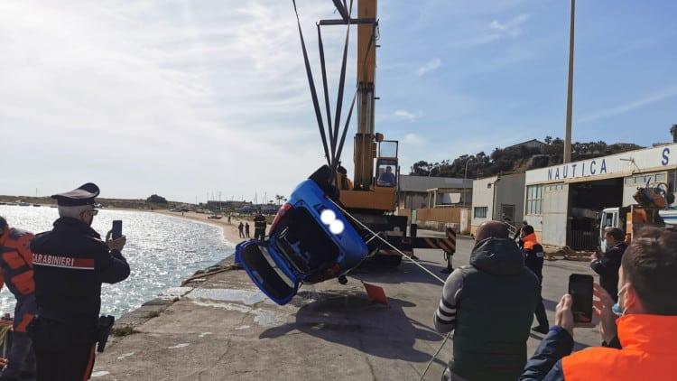 Choc in Sicilia, imprenditore tenta il suicidio gettandosi in mare con l'auto: è in codice rosso