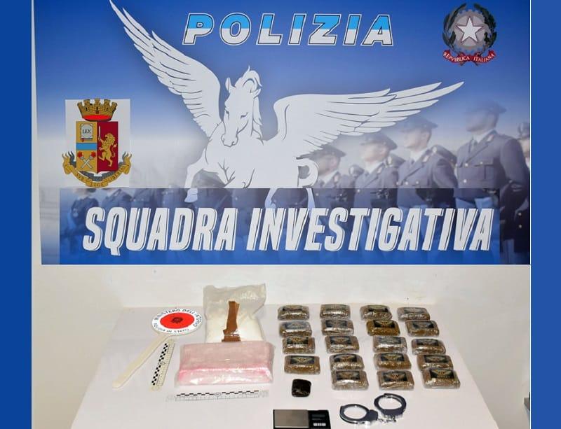 """Pusher """"in erba"""" nasconde la droga in casa e si prepara a venderla: arrestato dai poliziotti"""