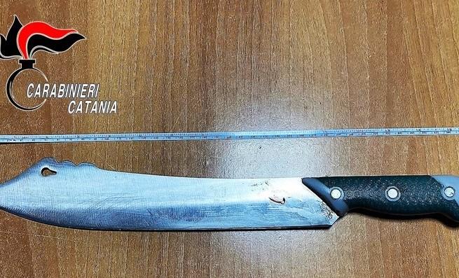 Catania, violenza in via Imbriani: minaccia la compagna col machete per farsi consegnare i soldi per l'alcol
