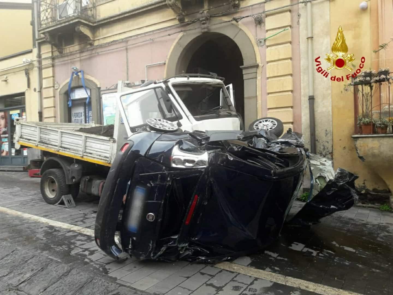 """Incidente in via Vittorio Emanuele, si costituisce il conducente del camion """"impazzito"""" – FOTO"""
