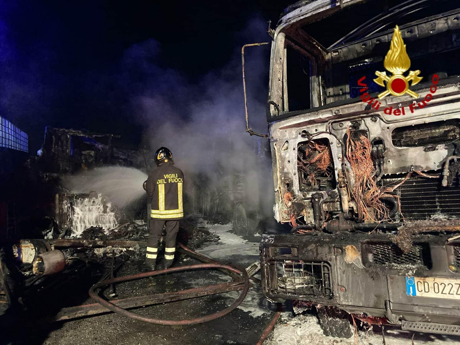 Paura a Catania, divampa incendio nella zona sud: distrutte diverse attrezzature e mezzi