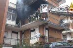 Incendio nel Catanese, persone sul ballatoio a chiedere aiuto: FOTO e VIDEO dell'intervento dei vigili del fuoco