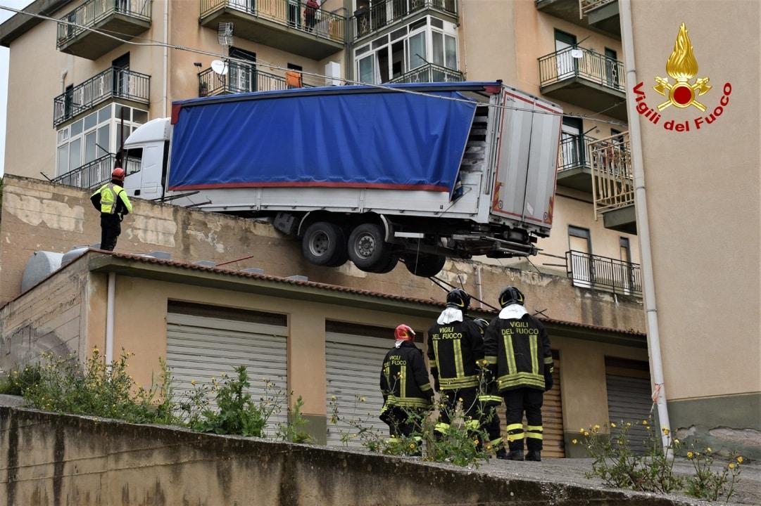 Caccamo, FOTO e VIDEO del recupero dell'autocarro rimasto in bilico su un terrazzamento