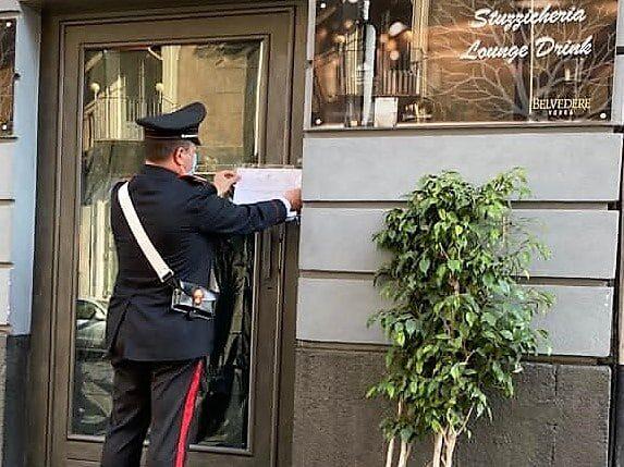 Catania, festa di compleanno al bar: la banconista si barrica dentro, i clienti fuggono