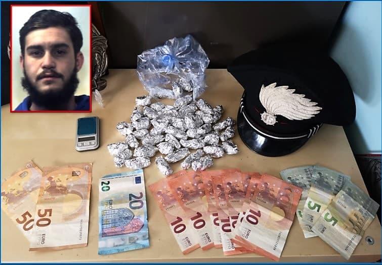 """Catania, """"Achille!"""" e lui calava """"co' panaru"""" la droga ai clienti: arrestato giovane pusher"""