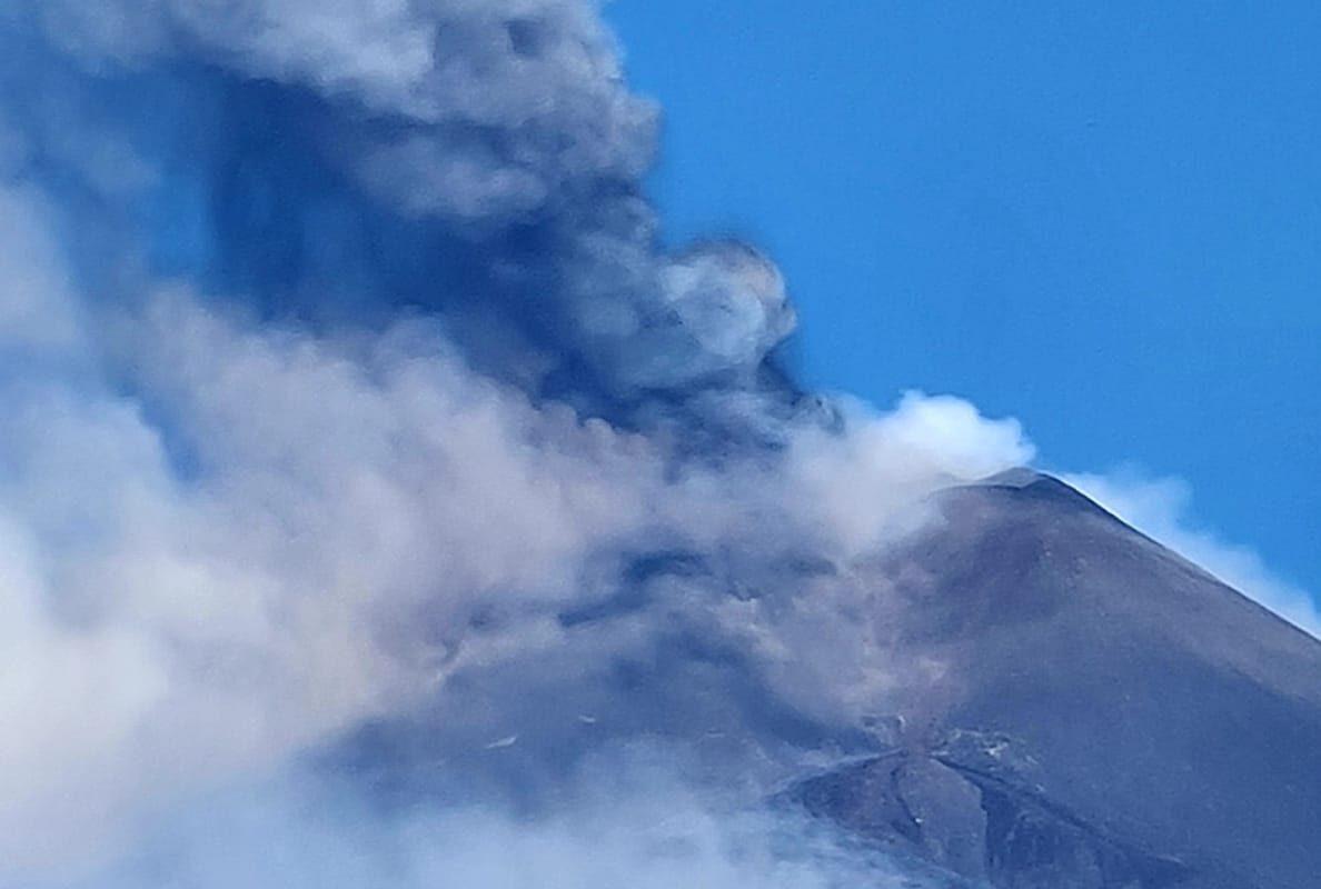 """Catania, l'Etna """"ricomincia"""": caduta di cenere lavica sulla città"""