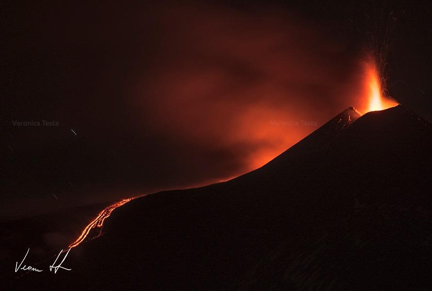 Etna, eruzione nella notte: nuova frattura del Cratere, spettacolo di fuoco – VIDEO e FOTO