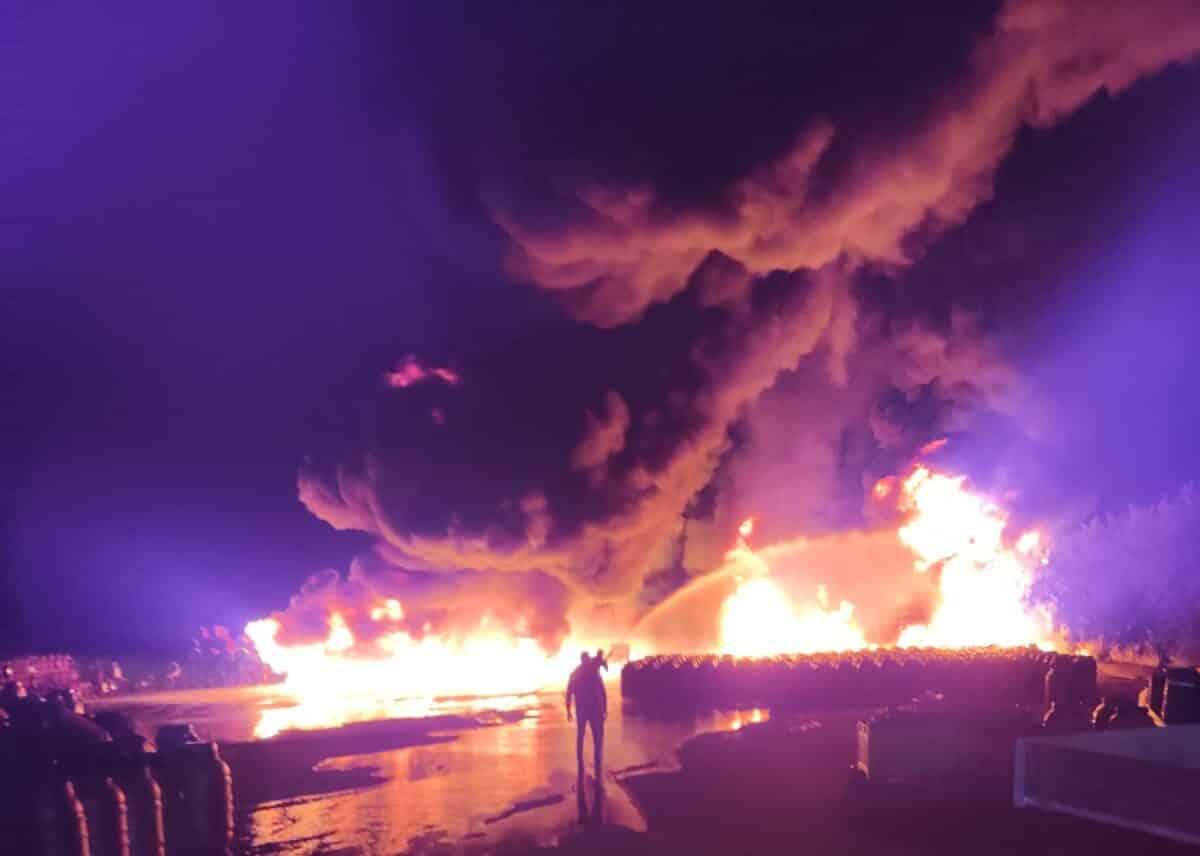 Vasto incendio di sterpaglie nel Catanese, alte lingue di fuoco coinvolgono un'auto e fusti di olive – VIDEO e FOTO