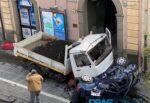 Terribile incidente nel Catanese, camion travolge auto e pedone: diversi feriti. Si cerca il conducente