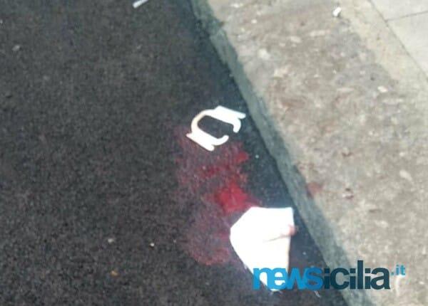 Tensione nel quartiere, uomo spara a una donna e a un cugino di lei: i vicini lo aggrediscono, tutti e tre feriti