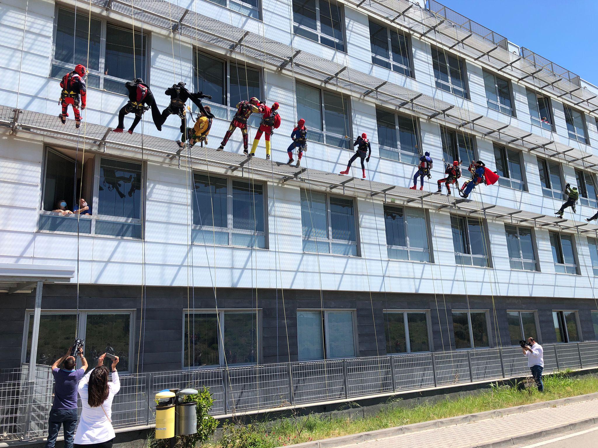 Supereroi per un sorriso in azione all'ospedale San Marco di Librino – Le FOTO