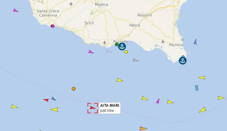 Migranti, la nave Aita Mari al largo di Pozzallo in attesa di un porto sicuro: a bordo 50 persone