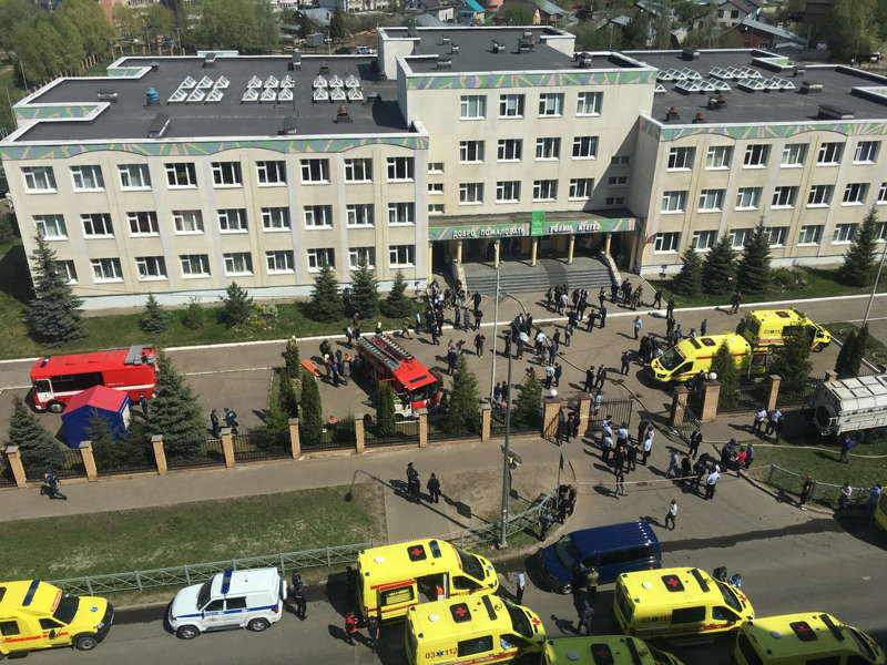 """Sparatoria ed esplosione in una scuola: alunni """"schizzati"""" fuori dalle finestre, almeno 11 morti in Russia"""