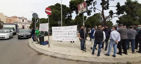 """Lavoratori Blutec in protesta davanti Palazzo d'Orleans: """"Politici siciliani aiutateci, ci sono famiglie disperate"""""""