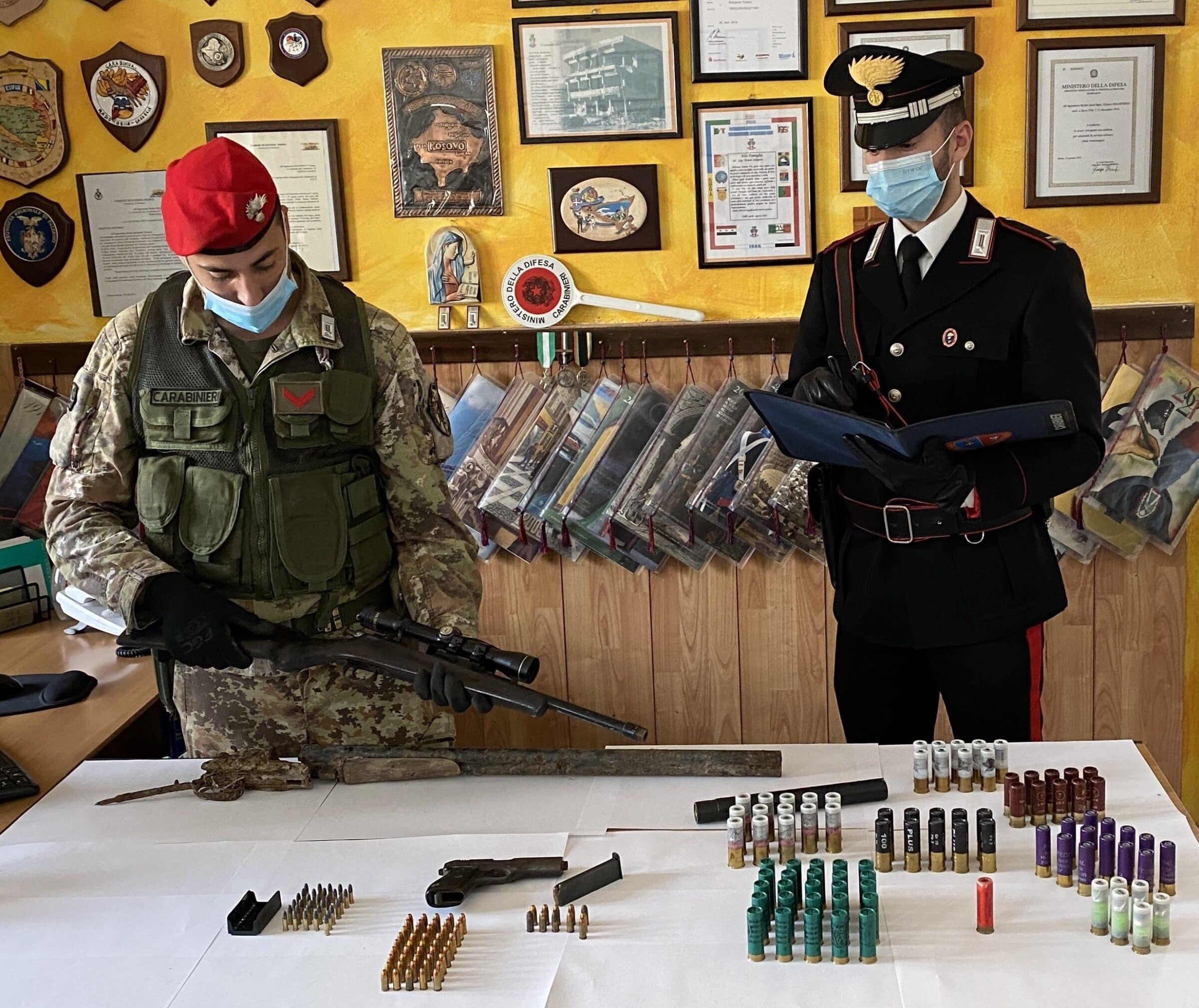 Armi clandestine e scorta di munizioni nascoste in casa, in manette 50enne siciliano