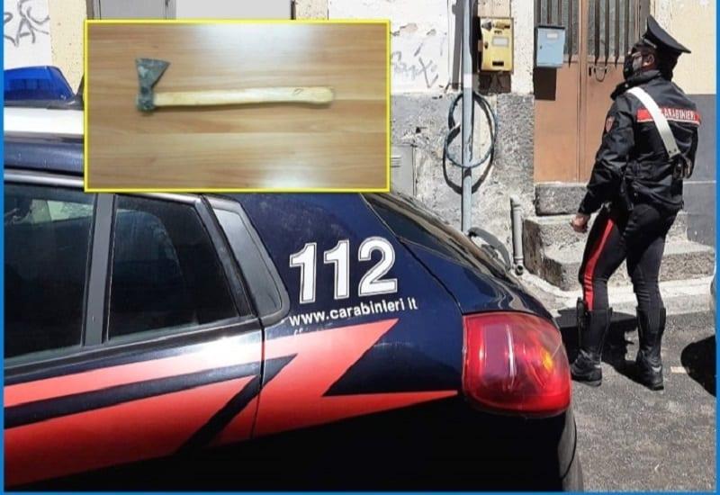 Catania, l'incubo di un uomo: compagna lo minaccia con un'ascia mentre adagia il bimbo in culla