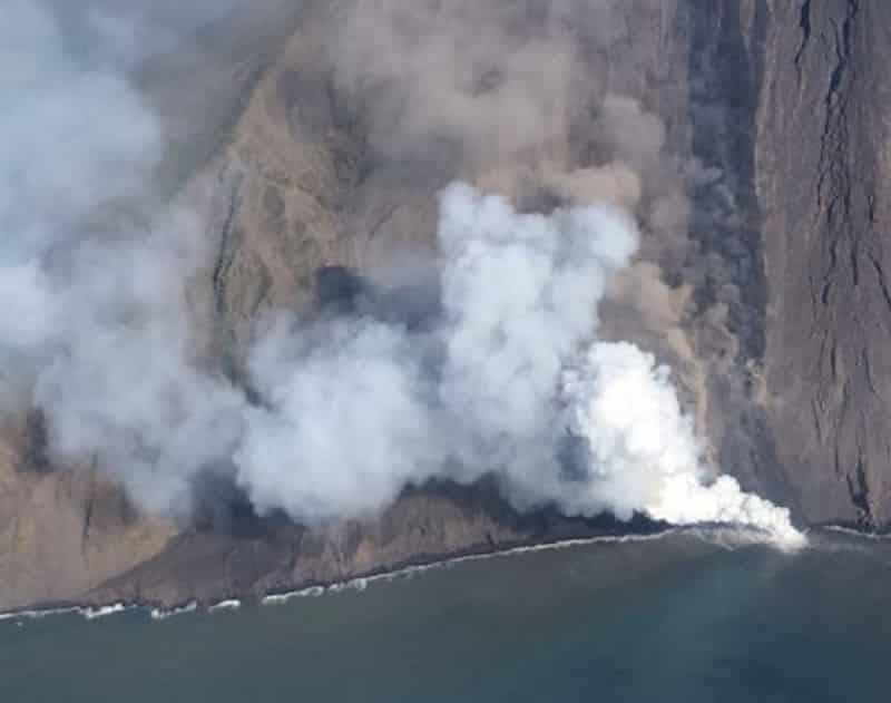 Stromboli, la colata verso il mare attira i turisti. Ingv monitora dall'alto: le FOTO mozzafiato