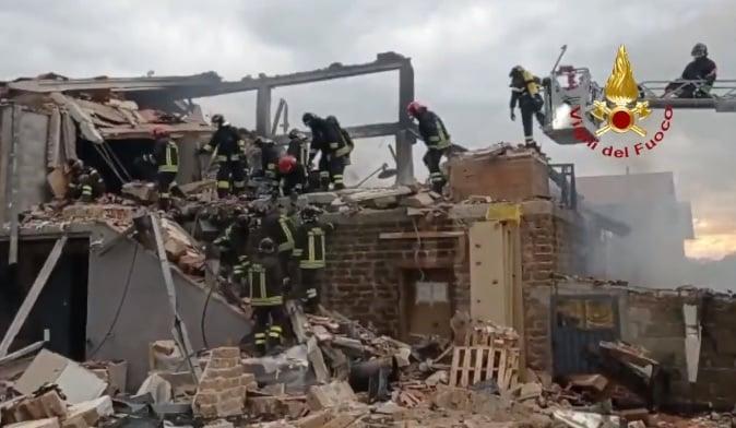Violenta esplosione in laboratorio, edificio crollato: due morti, in diversi sotto le macerie – VIDEO