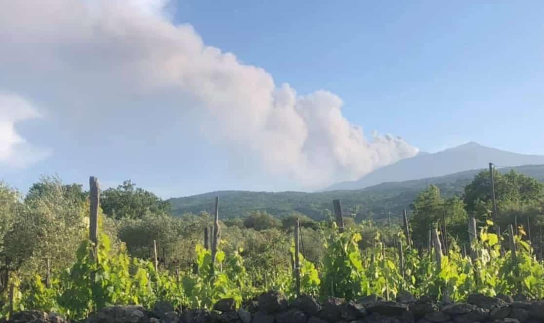 """L'Etna torna a """"rombare"""", forti boati e densa colonna di fumo dal Cratere di Sud-Est – LA SITUAZIONE"""