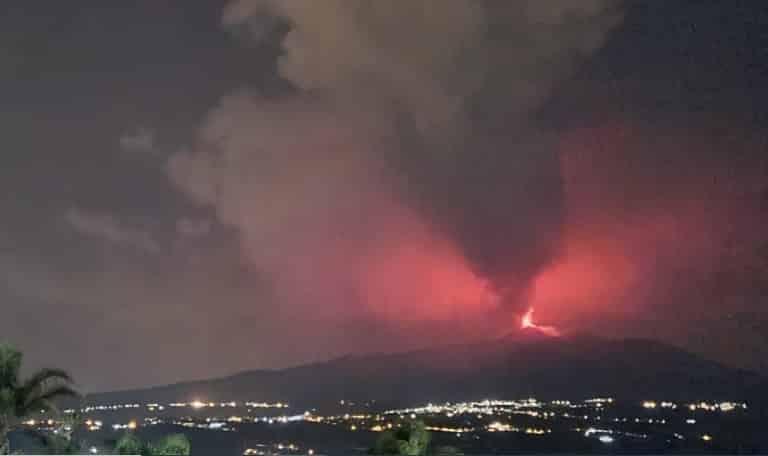 """Etna """"bello"""" di notte, boati e fontane di lava: copiosa caduta di cenere nel Catanese – FOTO"""