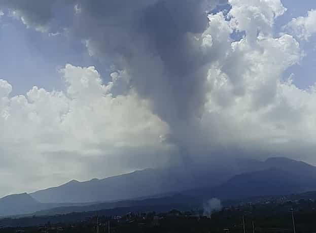 Eruzione dell'Etna, cenere in autostrada e su diverse località del Catanese: le ultime novità dell'Ingv