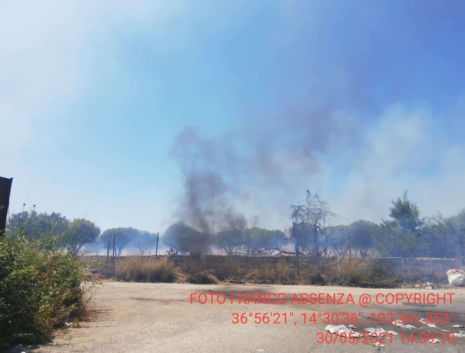 Incendi continui nel quartiere, i rifiuti bruciano giorno e notte: pericolo per la salute dei residenti – FOTO