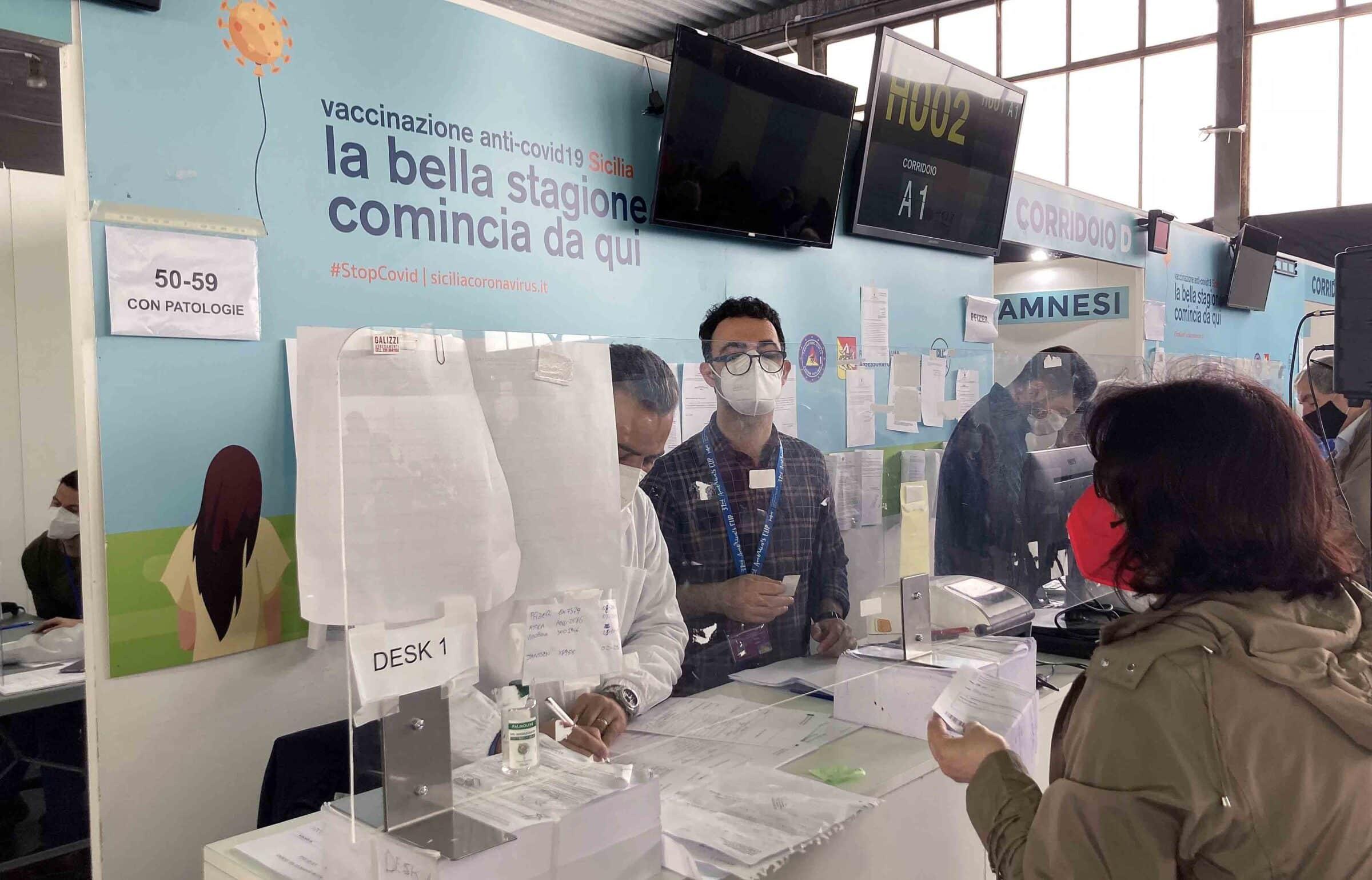 """Via alla campagna vaccinale dei 50enni, il bilancio della Fiera del Mediterraneo. Costa: """"Oggi Palermo sotto quota cento positivi"""""""