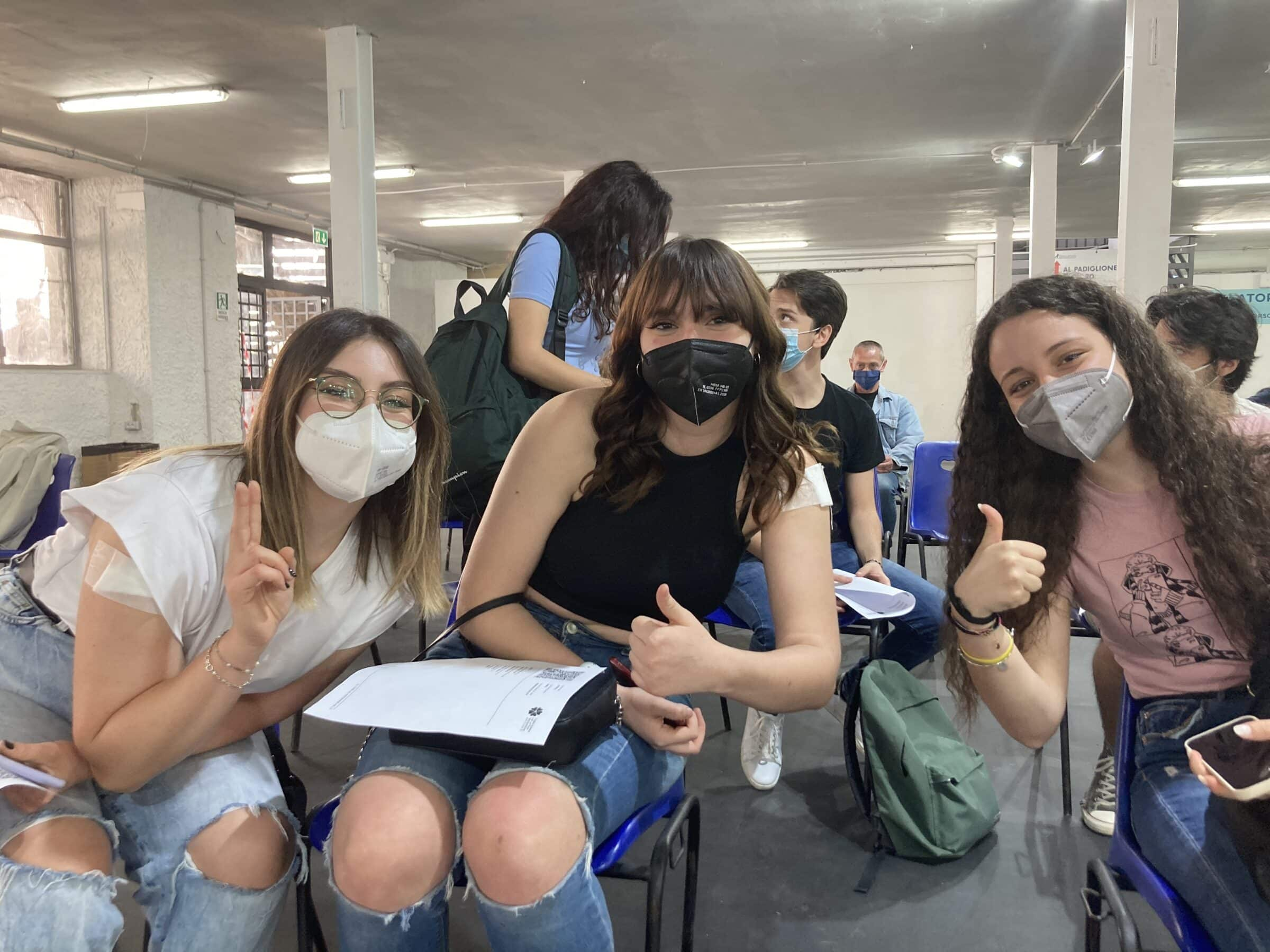 """Da oggi vaccini ai maturandi, a Palermo oltre 200 in una sola mattina: """"Sono felici, sorridenti e non hanno preferenze"""""""