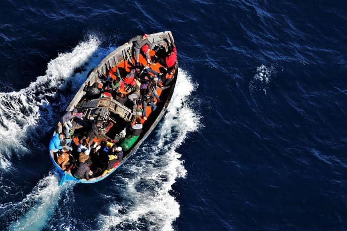"""Migranti a Lampedusa, 66 persone lasciano l'hotspot: cala la """"pressione"""" nella struttura di prima accoglienza"""