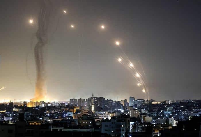 """Pioggia di missili su Tel Aviv, scorre il sangue nella guerra Israele-Hamas: """"Lanceremo altri razzi"""""""