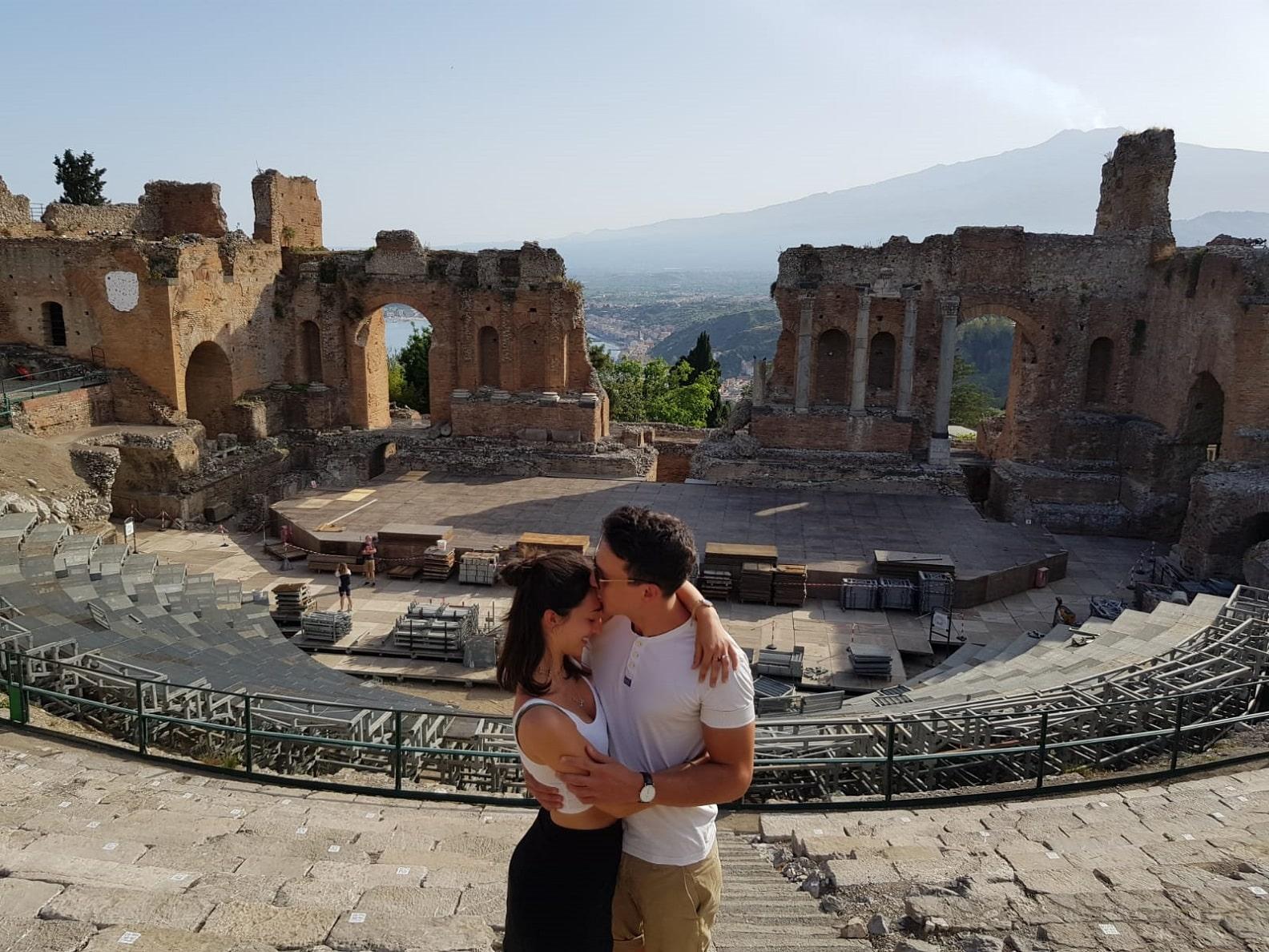 """""""Mi vuoi sposare?"""": commozione e lacrime per una proposta di matrimonio al teatro greco di Taormina – FOTO e VIDEO"""