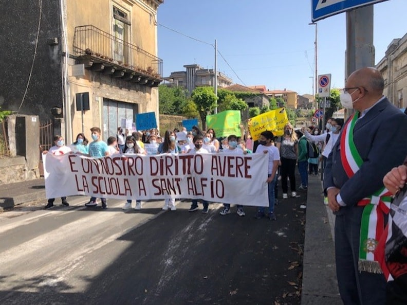"""Sant'Alfio, """"chi ferma questa campanella cancella il nostro futuro"""": protesta degli studenti"""