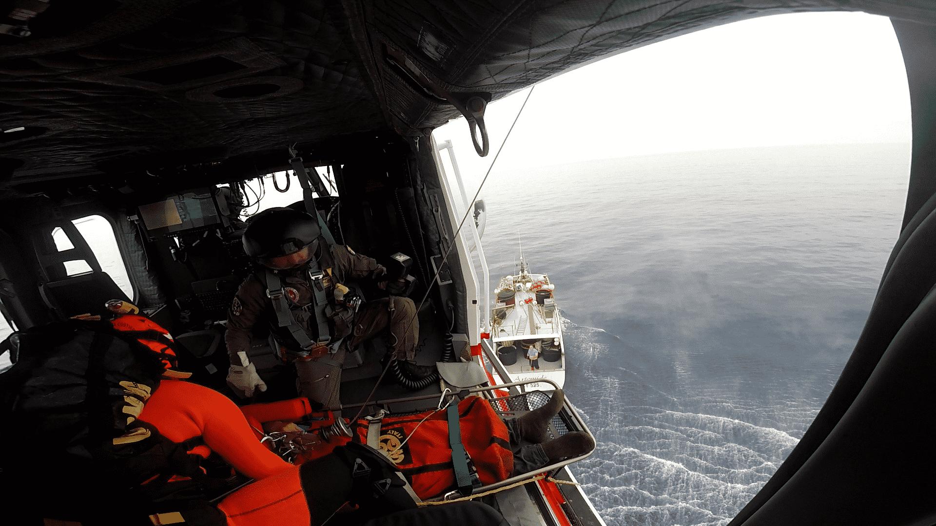 """Soccorso """"spettacolare"""" in alto mare a Catania: uomo salvato a bordo del peschereccio """"Artemide"""" – FOTO"""