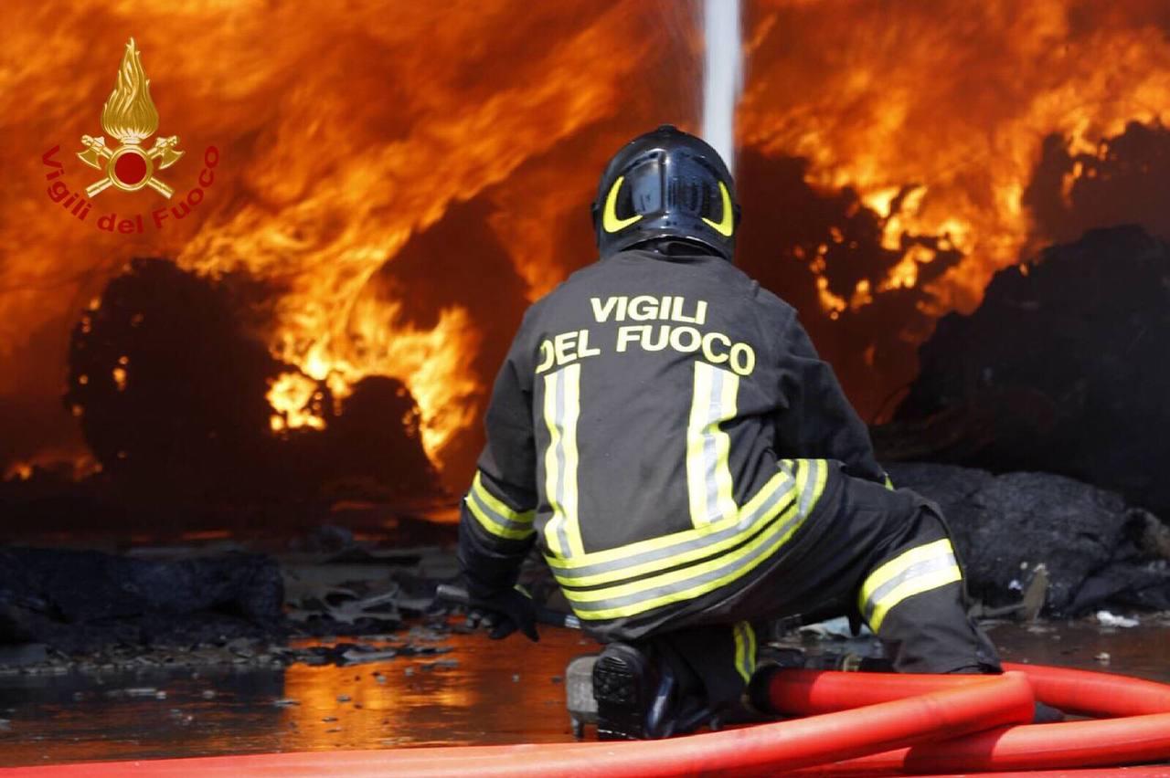 Incendio in un deposito ittico, bruciano celle frigorifere con 200 chili di pesce: indagini in corso
