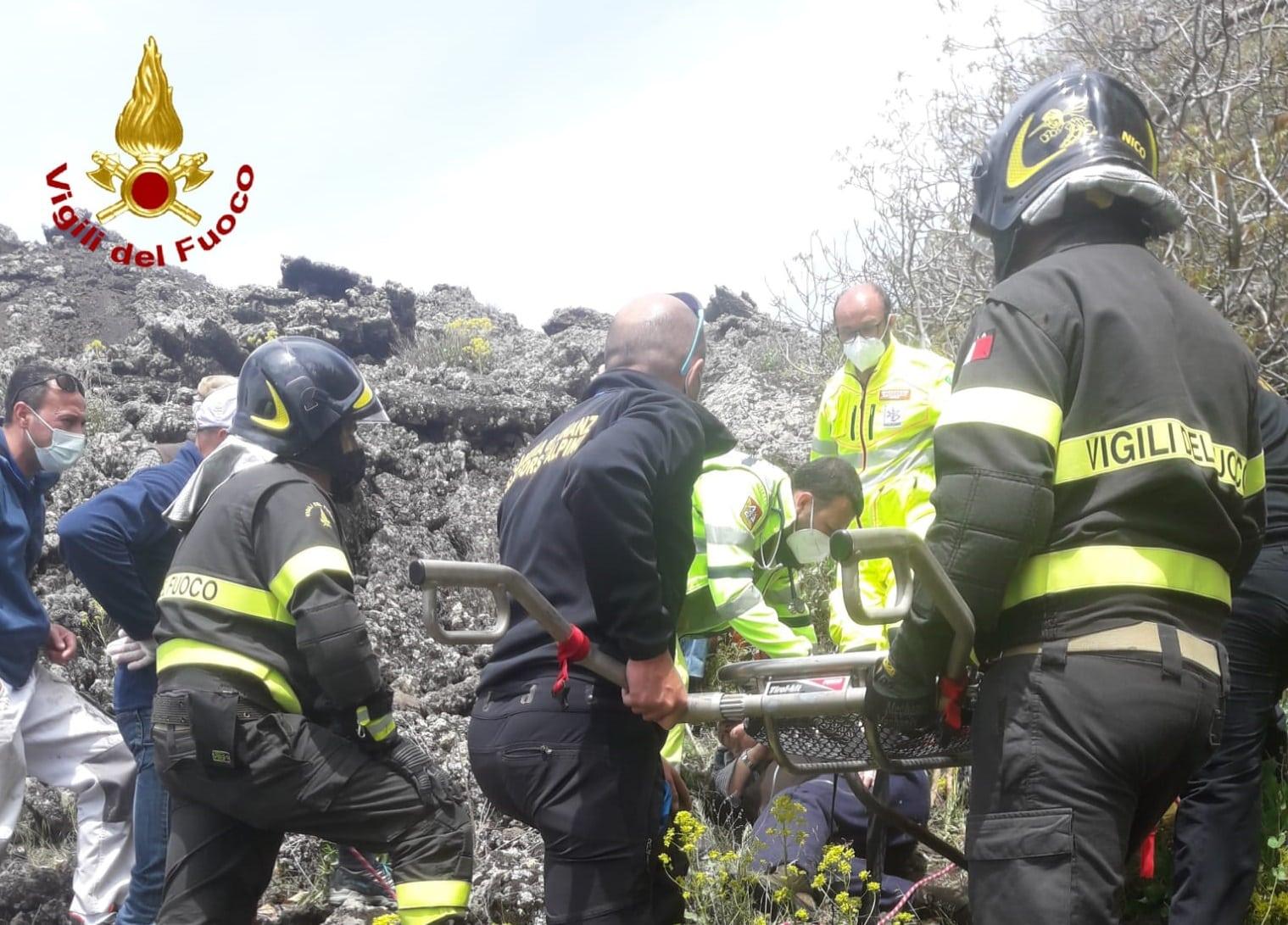 Malore sull'Etna, escursionista di Viagrande si sente male e si ferisce: soccorsi in tre, FOTO e VIDEO
