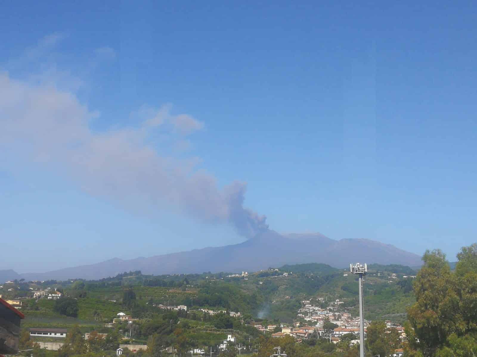"""Etna """"instancabile"""", nuova emissione di cenere: le SPETTACOLARI immagini – FOTO e VIDEO"""