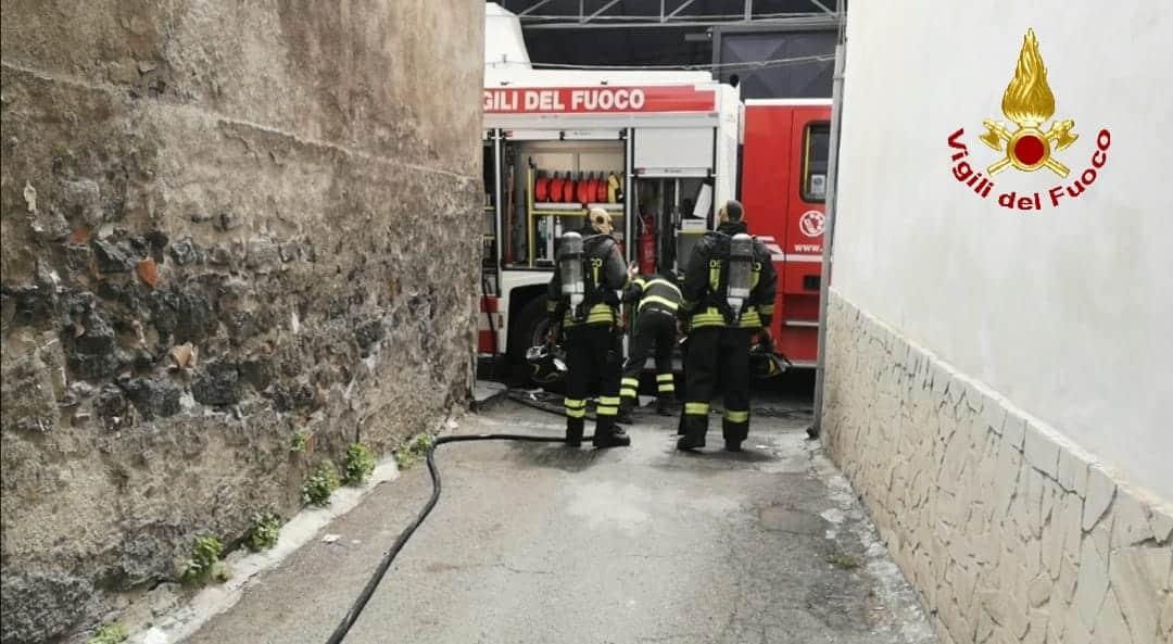 Catania, scoppia incendio in via dei Tre Soci: tanto fumo e fiamme, pompieri sul posto – FOTO e VIDEO
