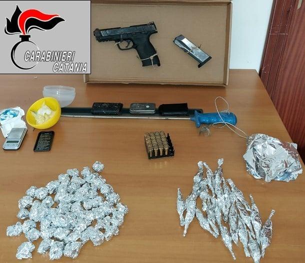 Catania, trovate in via San Jacopo una pistola e della droga: erano nascoste dentro un tombino