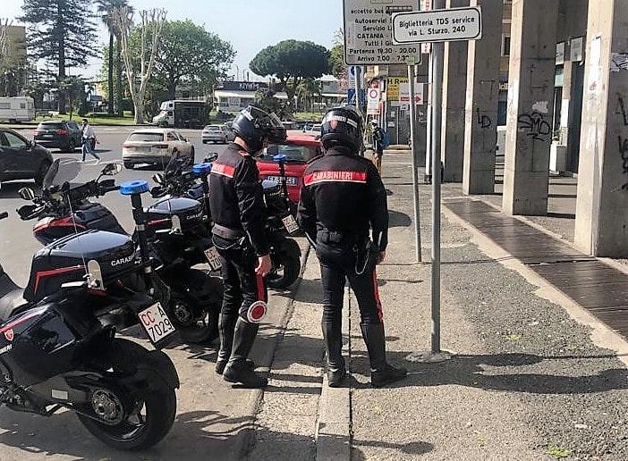 Catania, aggrediscono una donna e le sottraggono la borsetta: arrestati giovani ladri, refurtiva restituita