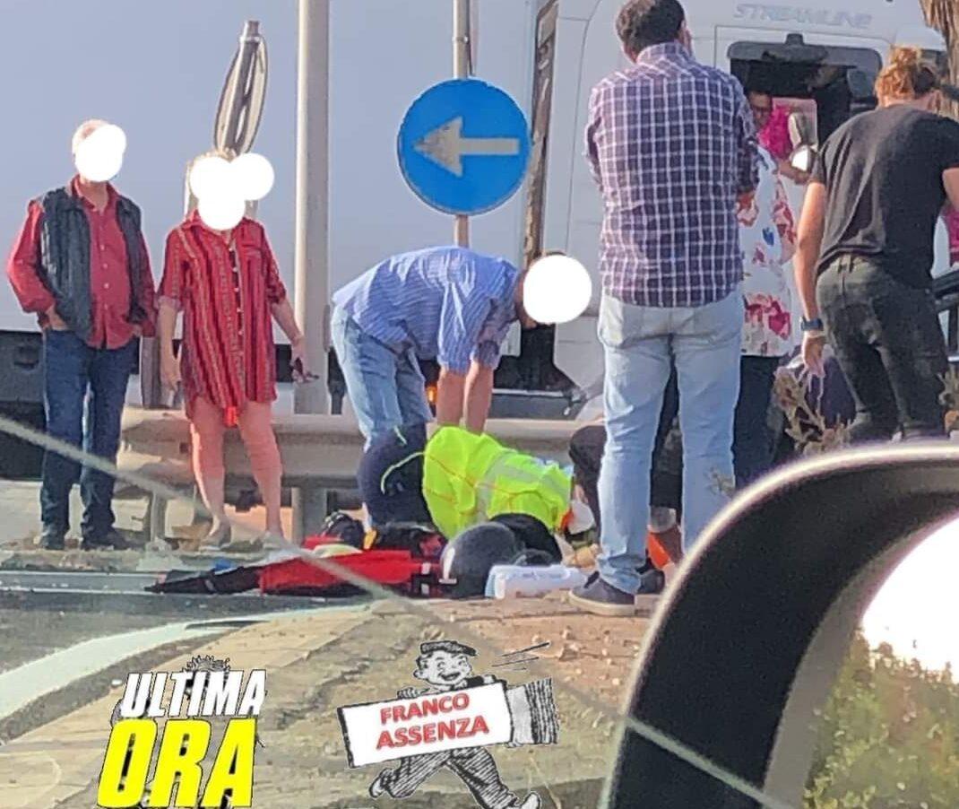 Sangue e preghiere, centauro sotto camion: terribile incidente stradale, uomo al Cannizzaro in gravissime condizioni