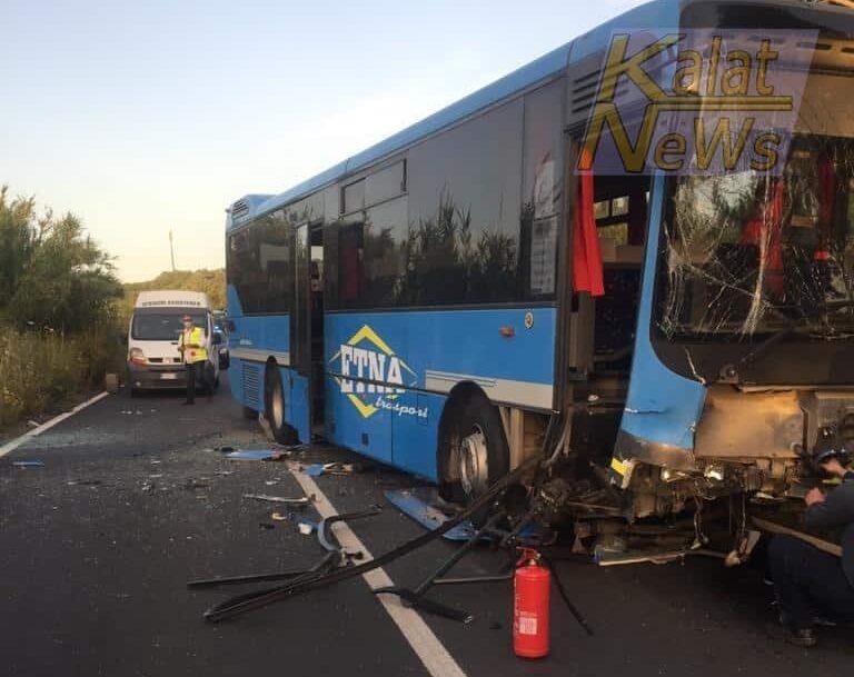 Incidente nel Catanese, scontro frontale tra un'auto e un bus di linea: sfiorata la strage